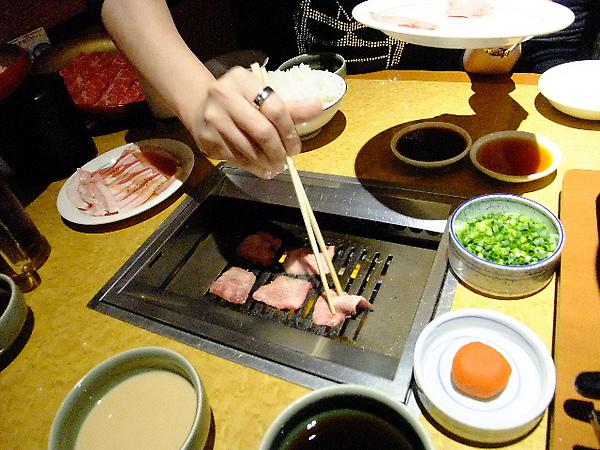 03-12-晚餐-黑毛和牛吃到飽 07 烤牛舌也不錯.JPG
