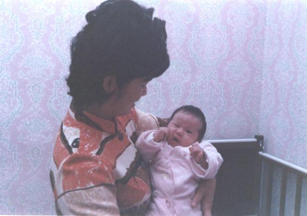 詹媽媽和德宜小時候.jpg