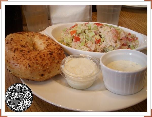 鮪魚洋蔥沙拉+洋蔥貝果+原味起司醬.jpg