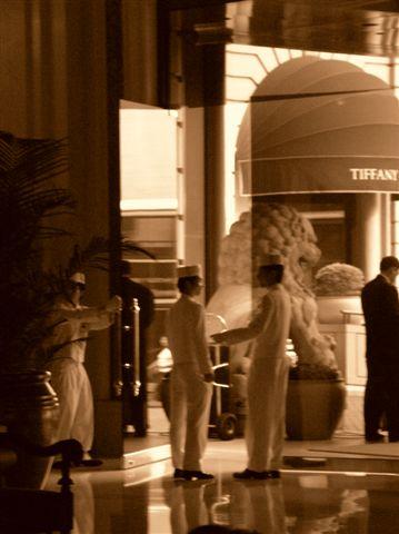 2005-10-01 HK 半島酒店door man