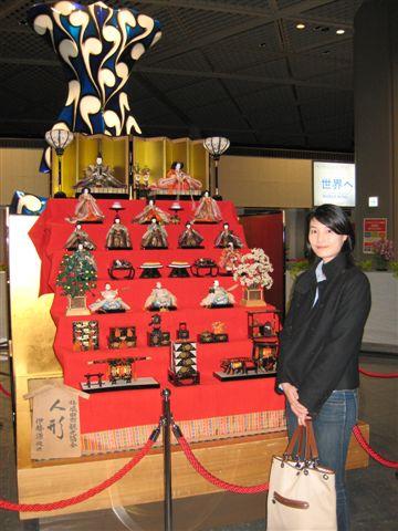 回台灣的隔天日本的女兒節 與機場擺放的人偶合照.jpg