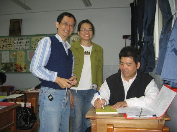 班長賢伉儷開心的請老師簽書