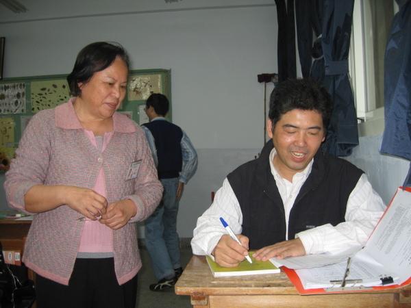 細心的老師不忘確認澤虯怎麼寫...
