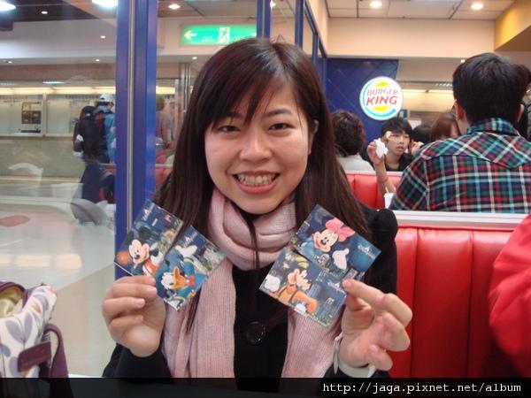 我在機場漢堡王~大嗑薯條!!!迪士尼門票好可愛喔!!!