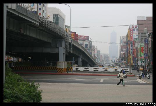 高雄車站旁看85大樓