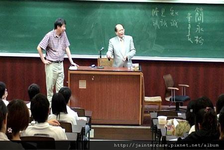 喬美公司董事長簡永松(右)應台灣大學政治學系教授張亞中(左)之邀