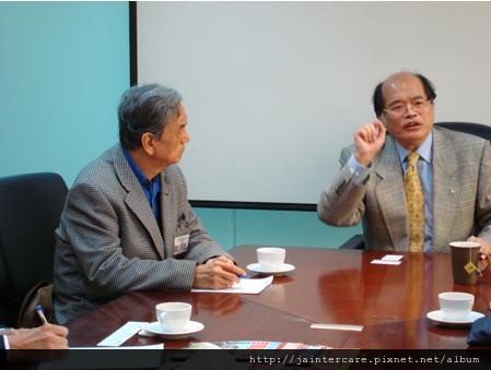 台灣日本綜合研究所所長許介麟(左)率日本文教基金會同仁參訪喬安公司。