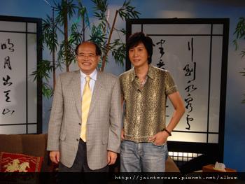 喬安董座簡永松(左)接受「人間心燈」主持人潘安邦(右)專訪,暢談新時代生命禮儀。