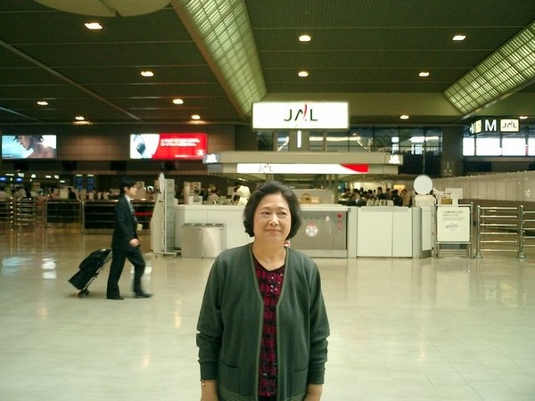 又回到成田機場(後面日亞航櫃檯)