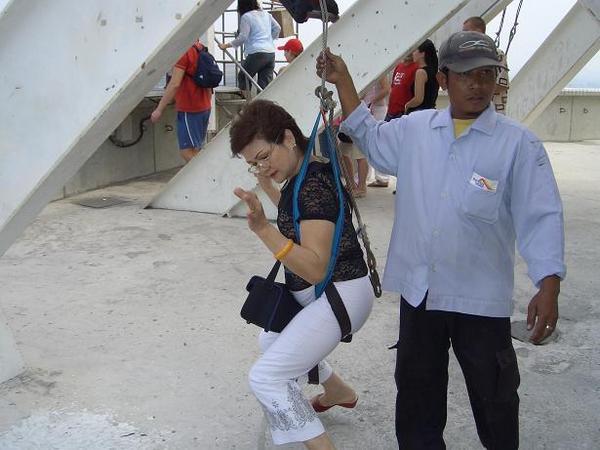 阿媽勇氣可嘉(65歲)堅持要單獨跳樓@@