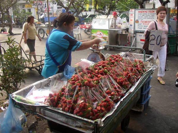 湄南河旁水果攤,草莓很大,但是不甜