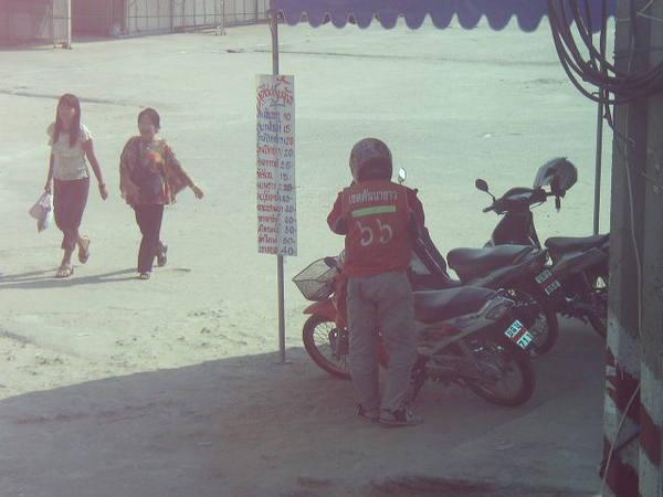這就是他們當地的摩托計程車