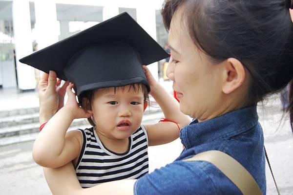 dudu帶碩士帽