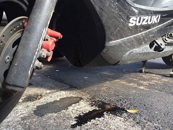 NEX125 加完汽油後 地面有油漬