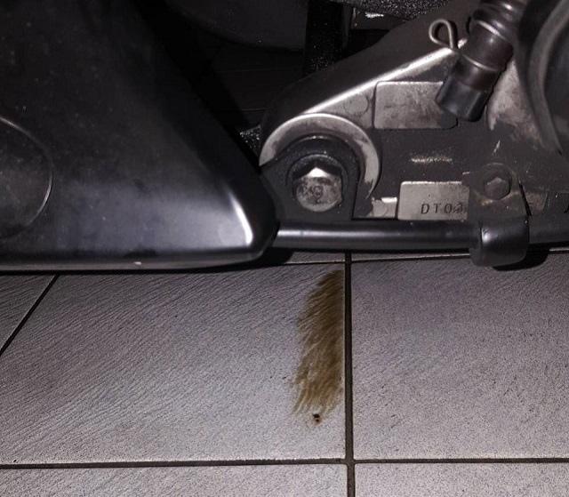 NEX125隔一夜 地板有機油漬