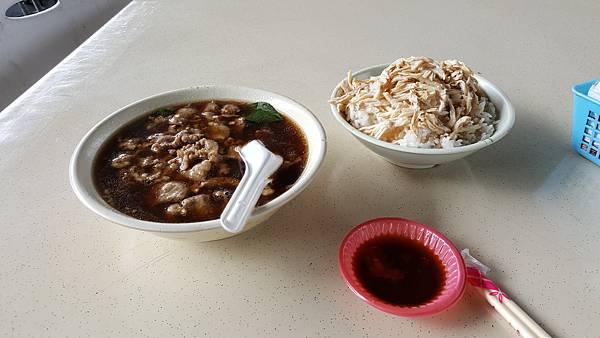觀光市集的當歸羊肉湯與雞肉飯