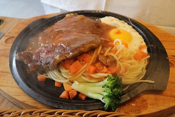沙朗牛排5oz $160 (內含牛排、太陽蛋、鐵板麵與花椰菜)