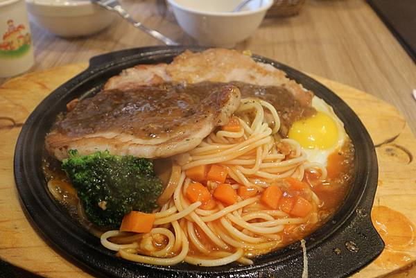 厚切里肌豬排 $190 (內含豬排、太陽蛋、鐵板麵與花椰菜)