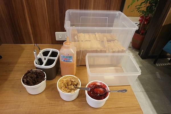 自助吧(烤麵包區):有草莓、巧克力、花生、大蒜等多種口味可供選擇