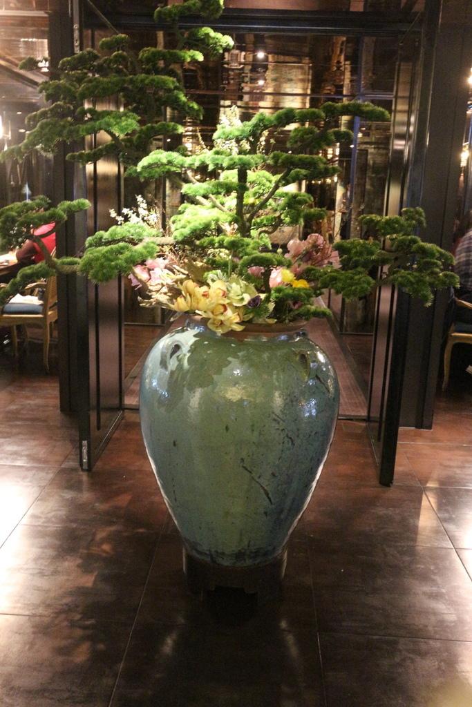 一入店內會看到的花瓶瓷器