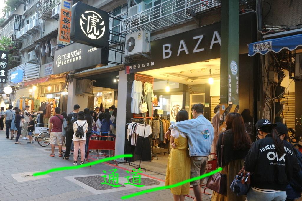 夜晚來臨時,店家還會貼心的請排隊的人留下通道,不要影響其他夜市店家做生意