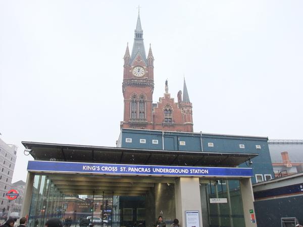 一出車站就看到雪