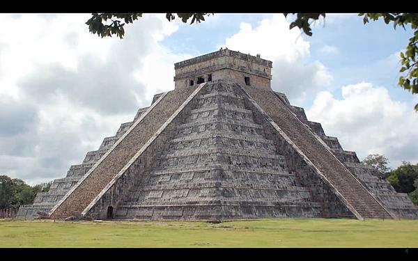 在中美洲的卡斯蒂略金字塔(El Castillo Pyramid)  卡斯蒂略金字塔北面階梯的庫庫爾坎(Kukulkan;瑪雅神話中羽蛇神)頭像