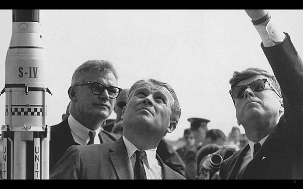 華納.馮.布朗(Wernher von Braun)與甘迺迪(John F Kennedy)