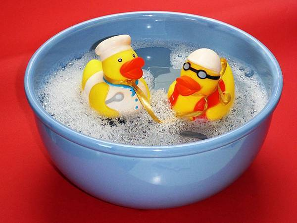 bath-ducks-bowl-close-up-162587.jpg