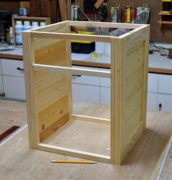 南方松做的床頭櫃 (4).JPG