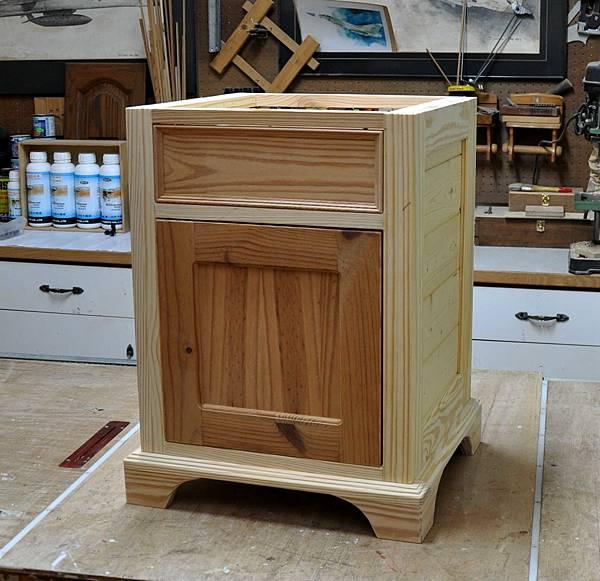 南方松做的床頭櫃 (8).JPG