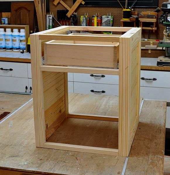 南方松做的床頭櫃 (5).JPG