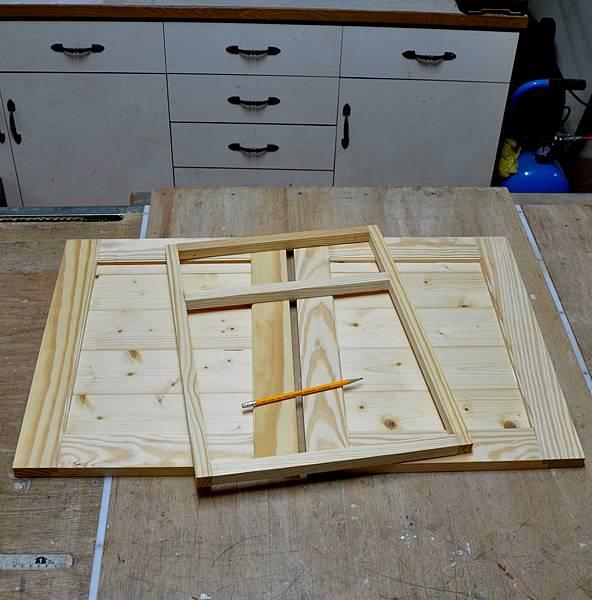 南方松做的床頭櫃 (3).JPG