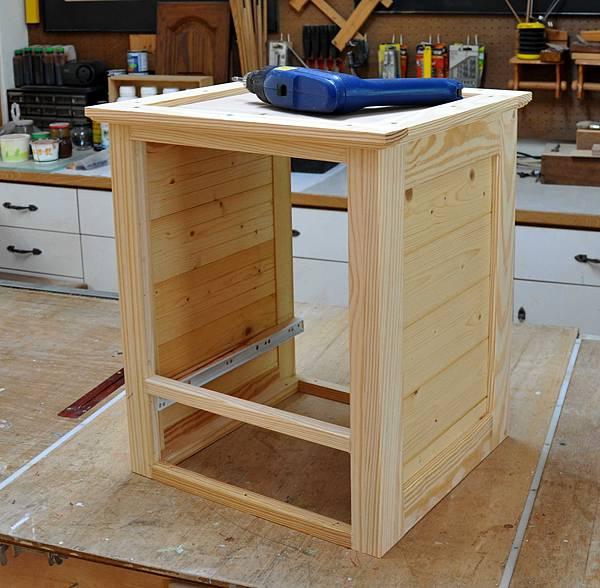 南方松做的床頭櫃 (6).JPG
