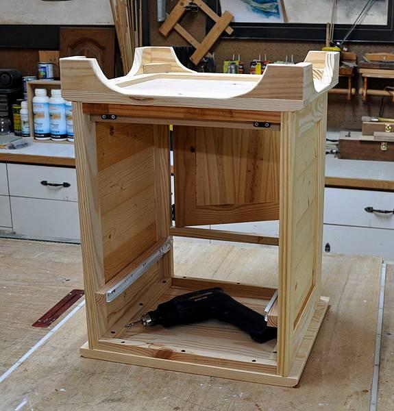 南方松做的床頭櫃 (10).JPG