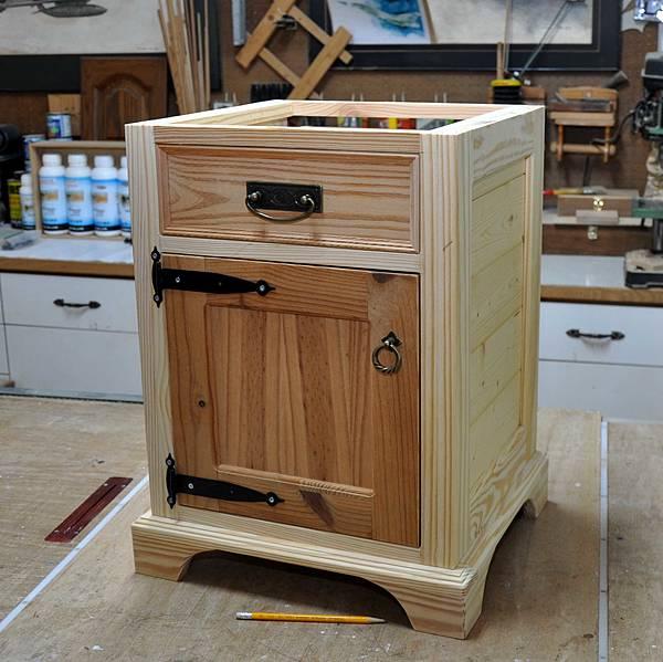 南方松做的床頭櫃 (9).JPG