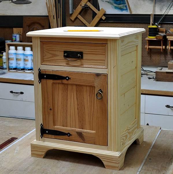 南方松做的床頭櫃 (12).JPG