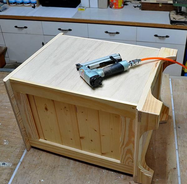 南方松做的床頭櫃 (11).JPG