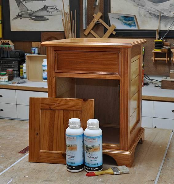 南方松做的床頭櫃 (14).JPG