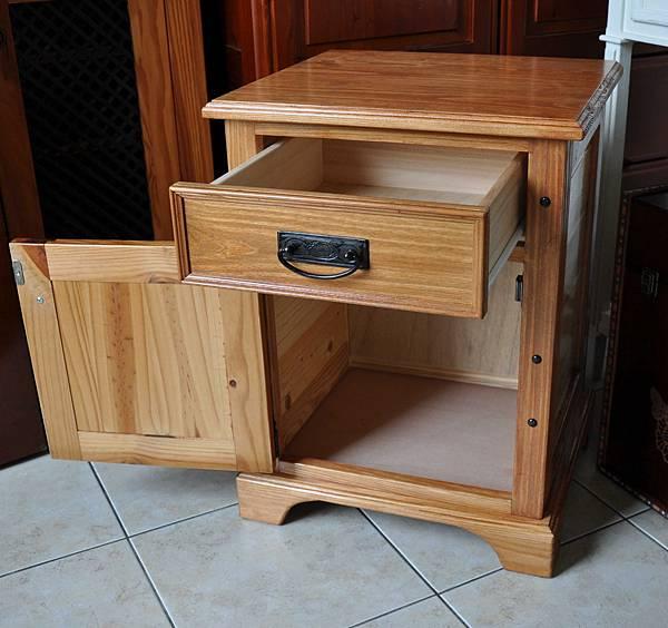 南方松做的床頭櫃 (16).JPG