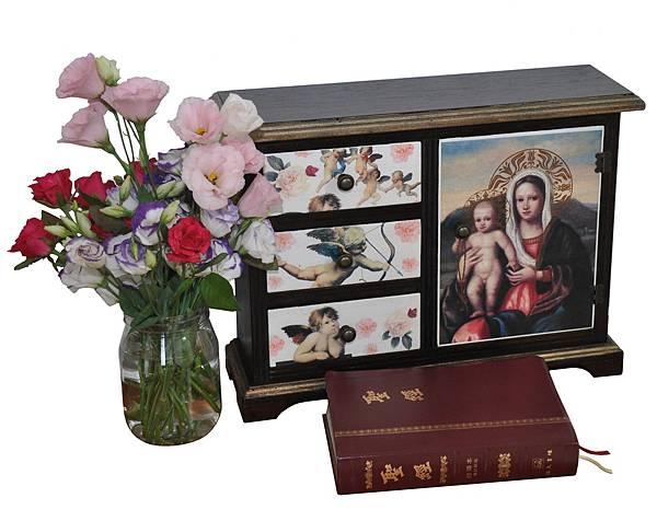 放聖經的小櫃子 (1).jpg