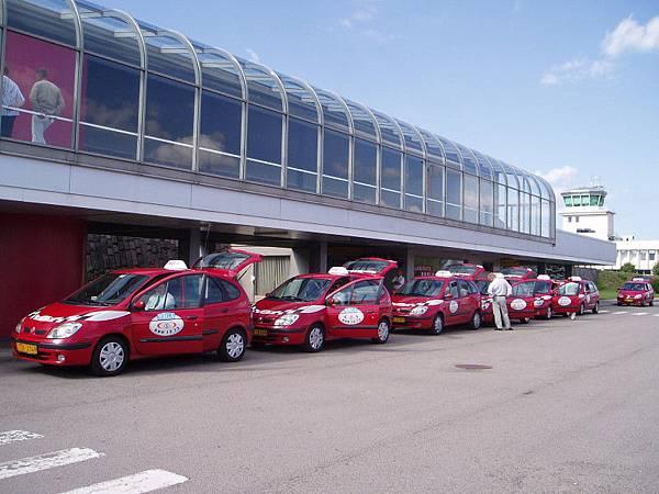 第二站里加,里加機場外排隊的計程車