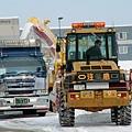 休息站旁,工人正在清除積雪