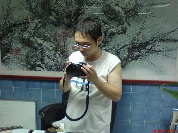 專心研究相機的皮皮