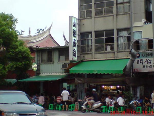 赤崁樓對面的山根壽司,超多人
