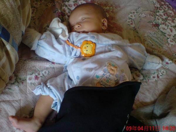 露一隻腳睡比較涼