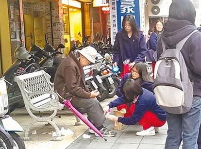 達人女中三位女孩的為失禁老人清理穢物的行為,讓整個社會感動