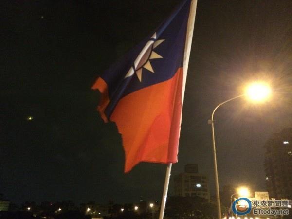 殘破的國旗,正如同受民粹蹂躪的台灣現狀