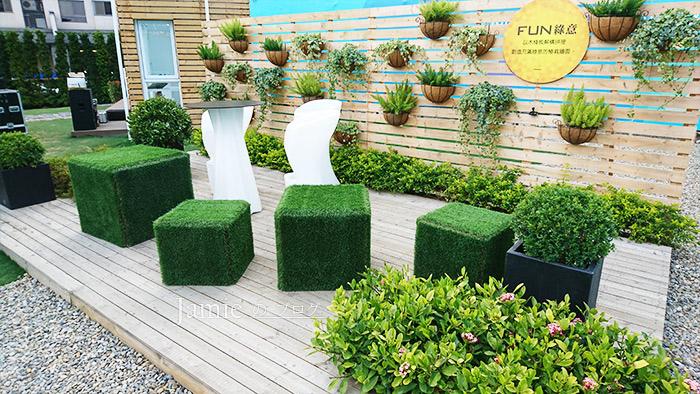 綠化空間高腳椅木板牆面.jpg