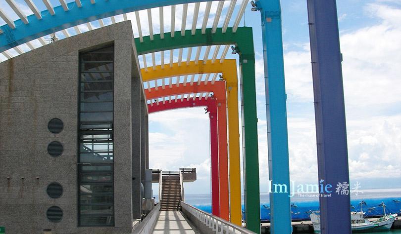 彩虹造型的碼頭.jpg